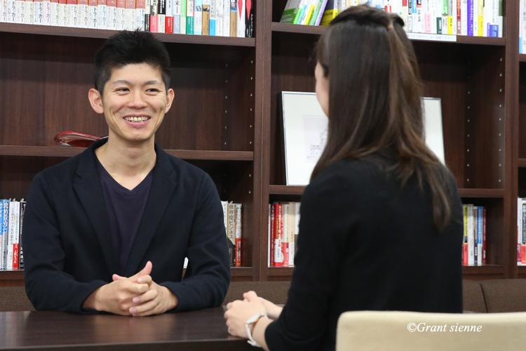 小林孝徳社長と瞳ゆゆ先生が対談中の写真