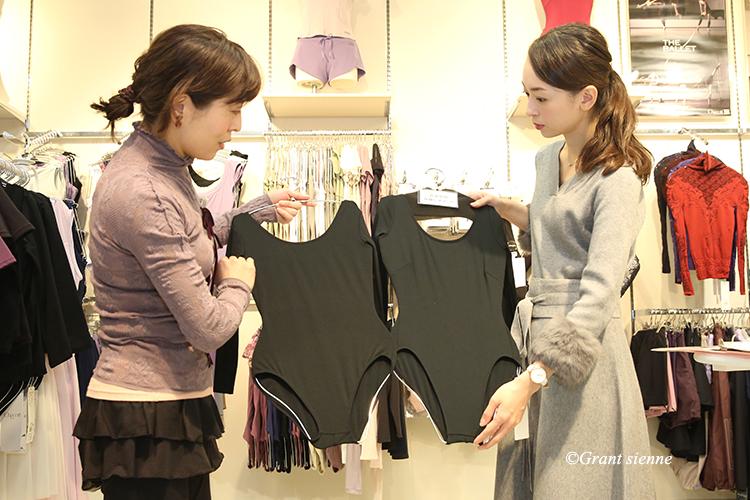 ベーシックレオタードと受験用レオタードを瞳ゆゆ先生と鈴木瑛子さんで見比べている写真
