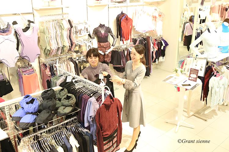 瞳ゆゆ先生と鈴木瑛子さんが他のレオタードを見ている写真